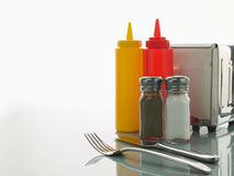 Table avec les condiments doux Photographie stock libre de droits