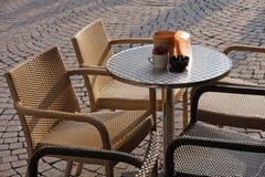 Table basse avec quelques chaises au milieu des sièges potentiels d'explosion photographie stock