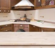 Table beige sur le fond brun defocused d'intérieur de cuisine Image libre de droits
