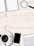 Table blanche avec le carnet et le Smartphone de tasse de café Photos libres de droits