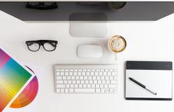 Table blanche d'espace de travail de concepteur sur le dessus Photographie stock