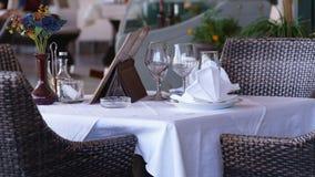 Table blanche dans le restaurant avec un vase debout de fleurs photographie stock