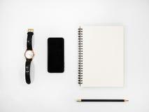 Table blanche de bureau avec beaucoup de choses Photo stock