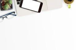 Table blanche de bureau avec beaucoup de choses là-dessus Photographie stock libre de droits