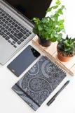 Table blanche de bureau avec beaucoup de choses là-dessus Vue supérieure avec l'espace de copie, configuration plate Images libres de droits
