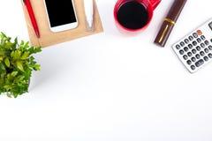 Table blanche de bureau avec l'ordinateur, le stylo et une tasse de café, sort de choses Vue supérieure avec l'espace de copie Images libres de droits
