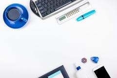 Table blanche de bureau avec l'ordinateur, le stylo et une tasse de café, sort de choses Vue supérieure avec l'espace de copie Image stock
