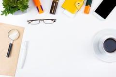 Table blanche de bureau avec l'ordinateur, le stylo et une tasse de café, sort de choses Vue supérieure avec l'espace de copie Photos stock