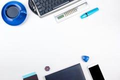 Table blanche de bureau avec l'ordinateur, le stylo et une tasse de caf?, sort de choses Vue sup?rieure avec l'espace de copie photographie stock