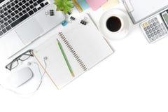Table blanche de bureau avec l'ordinateur portable et autre approvisionnements Image stock