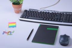 Table blanche de bureau avec l'ordinateur portable, le smartphone, le carnet, le plan, et les verres Vue supérieure avec l'espace Photos libres de droits
