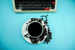 Table blanche de bureau avec la vieille machine à écrire et une tasse de café Photos stock