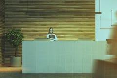 Table blanche de réception dans un bureau en bois, les gens Photo libre de droits