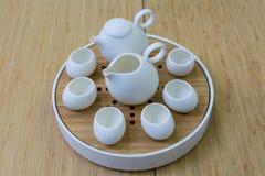 Table blanche de service à thé et de bambou Image libre de droits