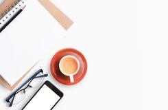 Table blanche moderne de bureau avec l'ordinateur portable Photos libres de droits