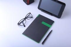 Table blanche moderne de bureau avec l'ordinateur portable, le smartphone et autre approvisionnements Page vide de carnet pour l' images libres de droits