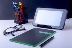 Table blanche moderne de bureau avec l'ordinateur portable, le smartphone et autre approvisionnements Page vide de carnet pour l' image stock