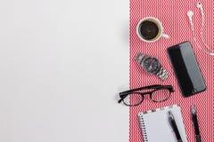 Table blanche moderne de bureau avec un carnet, stylo, lunettes, Image libre de droits