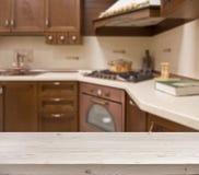 Table blanchie sur le fond brun defocused d'intérieur de cuisine Photo libre de droits