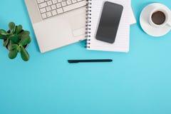 Table bleue de bureau avec beaucoup de choses là-dessus Vue courbe avec l'espace de copie Images stock