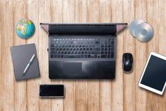 Table brun clair en bois de bureau sur la vue supérieure Photos stock
