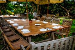 Table campante décorée avec des plats image stock