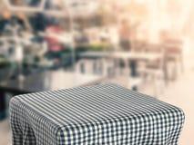 Table carrée avec la nappe Photo stock