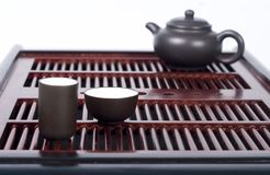 Table chinoise de cérémonie de thé avec la théière et deux cuvettes images libres de droits