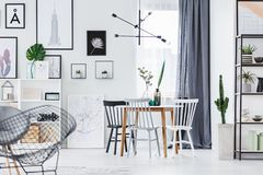 Table ci-dessus de lampe moderne photos stock