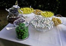 Table classique avec des confettis pour le mariage Image libre de droits