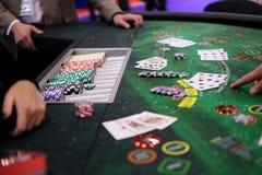 Table classique de nerf de boeuf de casino avec des puces et des cartes Image libre de droits