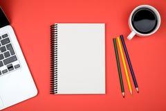 Table colorée de bureau avec l'équipement Photographie stock libre de droits