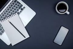 Table colorée de bureau avec l'équipement Images stock