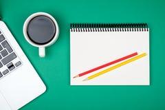 Table colorée de bureau avec l'équipement Photographie stock