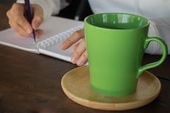 Table créative fonctionnante et boire chaud de thé vert Images libres de droits