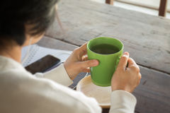 Table créative fonctionnante et boire chaud de thé vert Image libre de droits