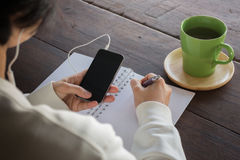 Table créative fonctionnante et boire chaud de thé vert Images stock