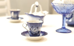 On the table are cups blue, Royalty Free Stock Photos