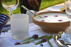 Table décorée avec le tzatziki Image stock