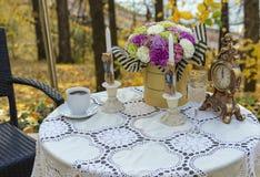 Table décorée dans un café de rue dans la perspective d'automne photo stock