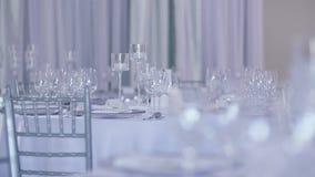 Table décorée de luxe pour le dîner de mariage banque de vidéos