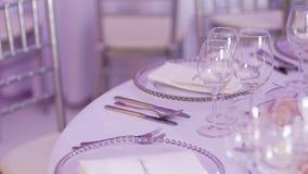 Table décorée de luxe pour le dîner de mariage clips vidéos