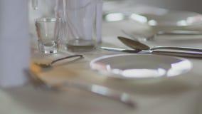 Table décorée pour le dîner de mariage clips vidéos