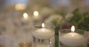 Table décorée pour le dîner de mariage banque de vidéos
