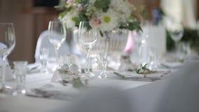 Table décorée pour le luxe, dîner élégant banque de vidéos