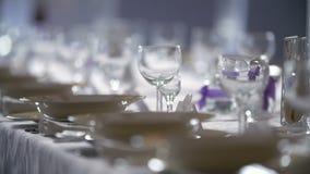 Table décorée pour un dîner de mariage banque de vidéos