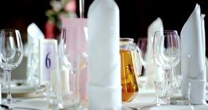 Table décorée pour un dîner de mariage clips vidéos