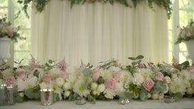 Table décorée pour un dîner de mariage avec des fleurs banque de vidéos