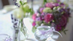 Table décorée pour un dîner de mariage avec des fleurs clips vidéos
