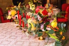 Table décorée, vases de fleurs Fin vers le haut Proue d'étoile bleue avec la bande bleue (enveloppe de cadeau) sur le fond blanc Photographie stock